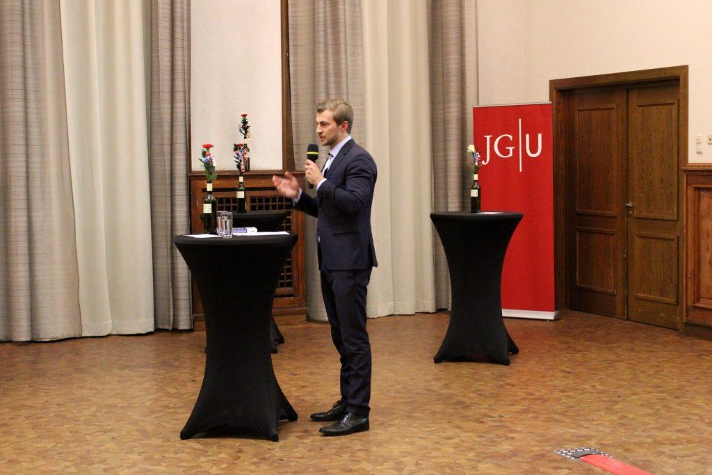 Foto-Mayence-Niklas-Uder-Intervention-Fotos-Welc0m3-Recht-und-Wirtschaft-JGU